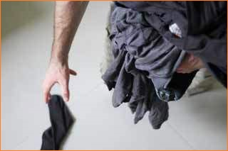 Разбрасывает носки