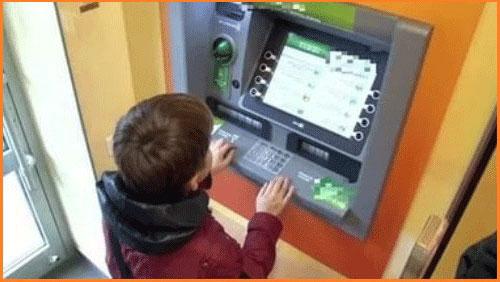 Ребенок и банкомат