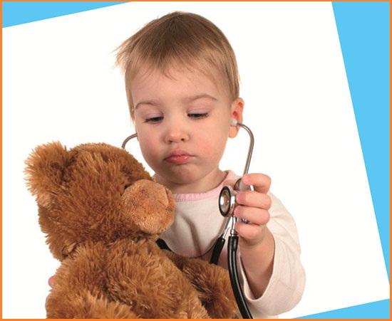 Ребенок играет доктора
