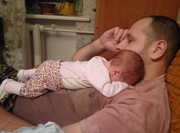 Малыш уснул на папе