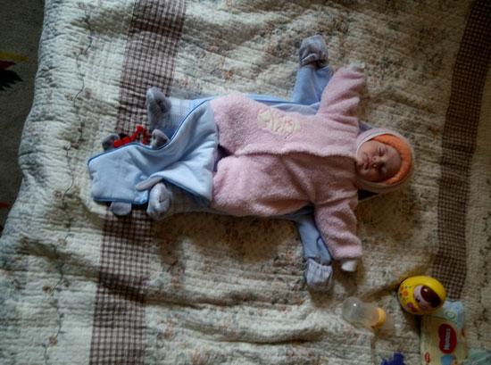 Процесс распаковки ребенка после прогулки