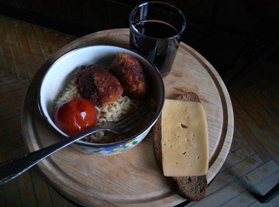 «Завтрак чемпиона»: доширак, котлетки, помидорка, бутер с сыром и Байкал