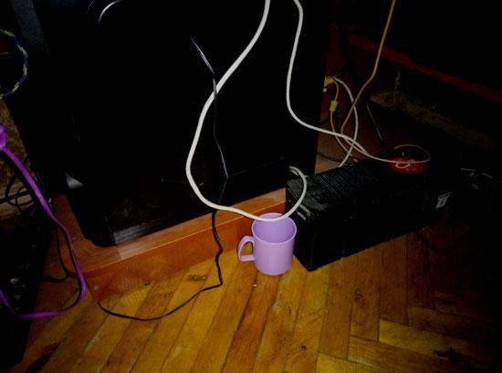 Чашка и ибп. Здесь происходят странные вещи