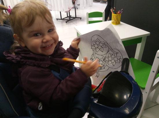 """Показал как """"работает карандаш"""" и теперь ребенок развлекается с раскраской"""