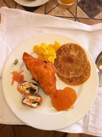 Завтрак чемпиона: Суши + имбирь с васаби, круасан, оладушки с персиковым повидлом и хлопья
