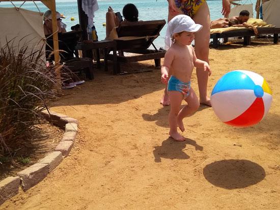 А на этой картине вы можете увидеть быстроугасающий интерес ребенка к мячику
