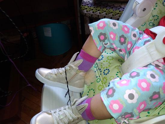 Если человек связан по рукам и ногам, то примерка обуви - сущее удовольствие (поменяли, пара на размер больше предыдущей)