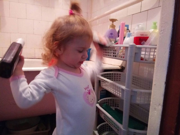 Расставляет банки-склянки у бабушки в ванной согласно древнему искусству фэн-шуй