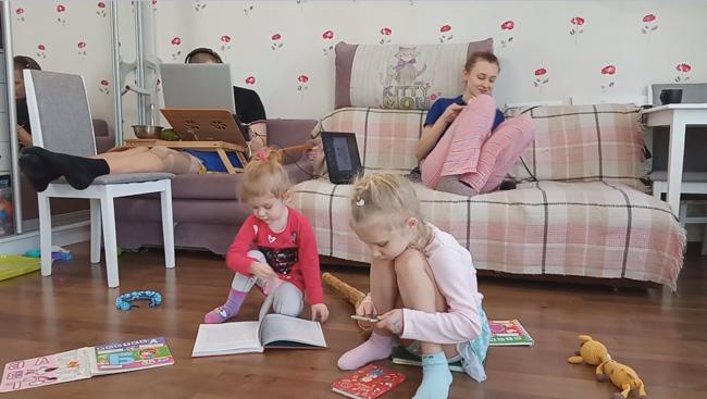 Своя атмосфера: Маша подметает и читает книжку, Зоряна хочет сфотографировать обложки всех своих книг, Таня добралась до заваренного три часа назад чая, травмированный Вова работает пограмистом и точит пельмешки