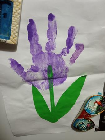 Свежее детское творчество заняло свое почетное место на холодильнике
