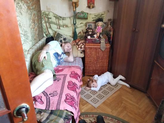 Отец-изверг не пускает ребенка на диван. На самом деле, это ее вполне осознанный выбор