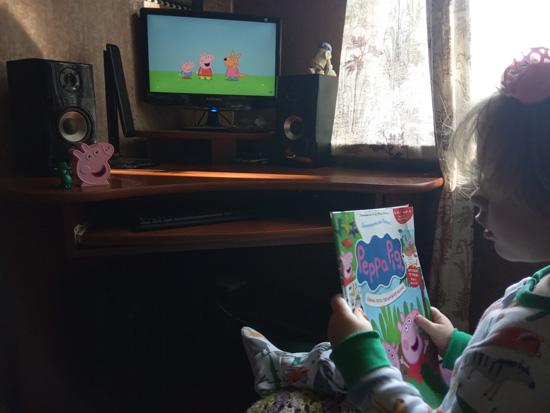 Глава областного фан-клуба Свинки Пеппы изучает новый материал