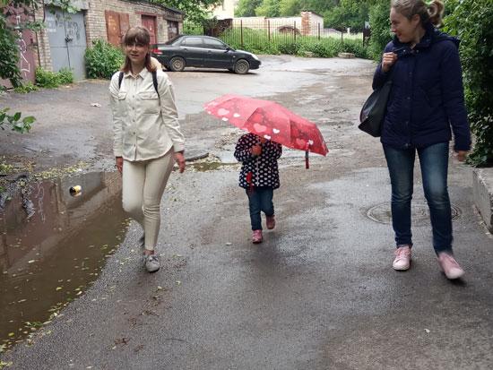"""Погода испортилась. А ребенка всё устраивает, ведь зонтик - это """"оцень касиво"""""""