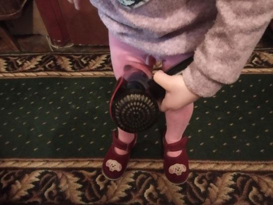 Баловалась во время питья. В итоге облилась. В воспитательных целях выдал фен и не отцепился пока всё не подсушила. Чтобы не расслаблялся, после подсушила и мои сухие штаны.